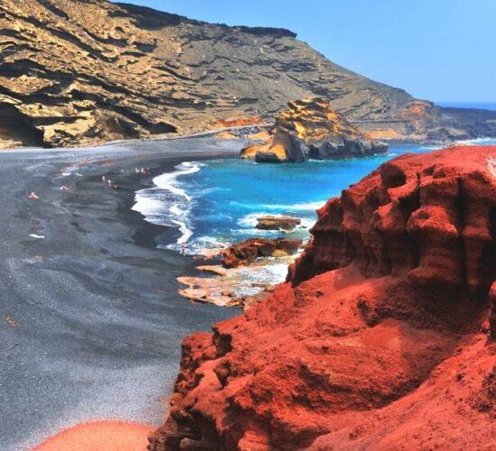Viaggio organizzato a Lanzarote alle Canarie - Rocce e sabbia nera
